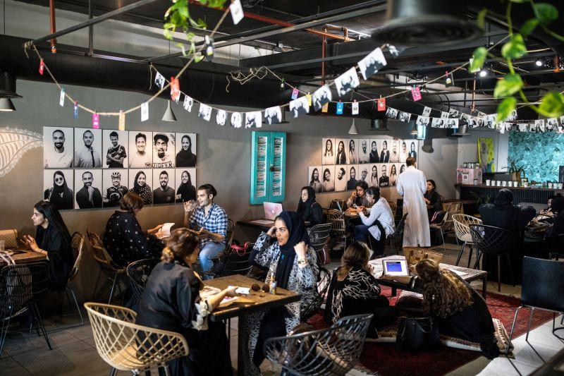 https: img.okezone.com content 2020 01 25 612 2158182 pria-wanita-kini-boleh-kongko-dalam-satu-kedai-kopi-di-saudi-G8HS5dPDwJ.jpg