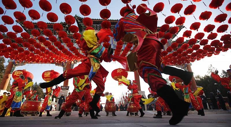 https: img.okezone.com content 2020 01 26 406 2158431 barongsai-goyang-ramaikan-perayaan-imlek-di-petak-sembilan-bikin-gemas-deh-l3WuG61Our.jpg