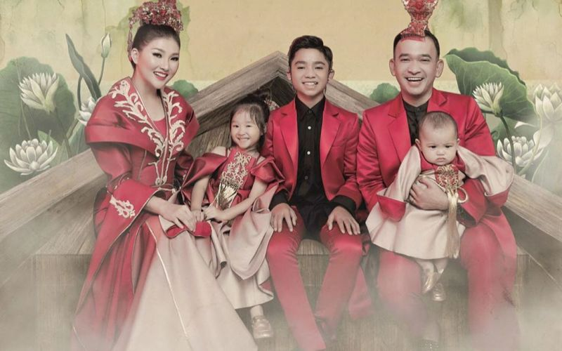 https: img.okezone.com content 2020 01 27 196 2159079 family-potret-ruben-onsu-dan-sarwendah-bak-keluarga-kerajaan-china-ef9Yr1LzH9.jpg