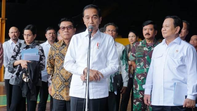 https: img.okezone.com content 2020 01 27 337 2159009 panglima-tni-dampingi-presiden-jokowi-tinjau-pt-pal-w7KnCeLBF2.jpg