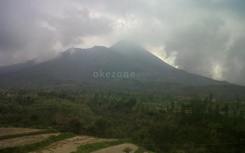 https: img.okezone.com content 2020 01 27 406 2159170 mengabadikan-keindahan-gunung-merapi-di-wisata-baru-galpentjil-heritage-klaten-2w44klIn6D.jpg