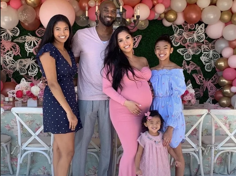 https: img.okezone.com content 2020 01 28 194 2159637 gaya-penampilan-keluarga-kobe-bryant-yang-sederhana-TQg437WY7O.jpg