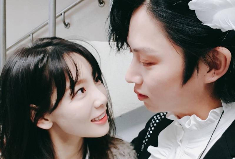 https: img.okezone.com content 2020 01 28 33 2159640 heechul-suju-curhat-ke-taeyeon-snsd-usai-konfirmasi-pacaran-dengan-momo-P3iq5DywKm.jpg