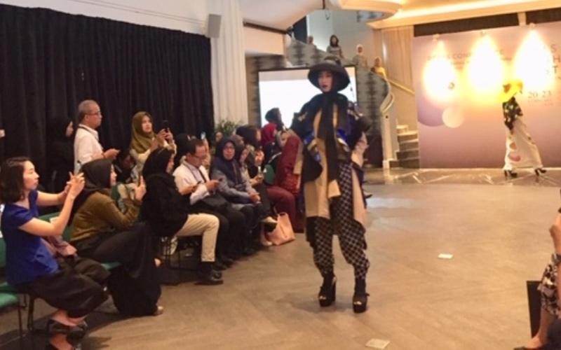 https: img.okezone.com content 2020 01 28 617 2159419 ini-alasan-target-indonesia-jadi-kiblat-fesyen-muslim-dunia-belum-tercapai-eoUfKSDOOp.jpeg
