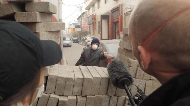 https: img.okezone.com content 2020 01 29 18 2160043 warga-desa-di-china-bangun-tembok-tangkal-virus-korona-QKUimUuT7e.jpg