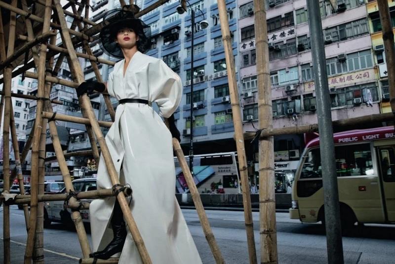 https: img.okezone.com content 2020 01 30 194 2160629 berkenalan-dengan-super-model-china-lu-kaigang-ubah-terpal-jadi-gaun-couture-LkqrpiQsoj.jpg