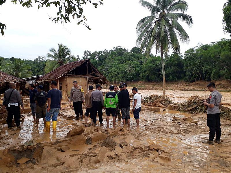 https: img.okezone.com content 2020 01 30 340 2160826 masuk-zona-merah-916-rumah-korban-banjir-lebak-akan-direlokasi-tj2vQOTAbw.jpg
