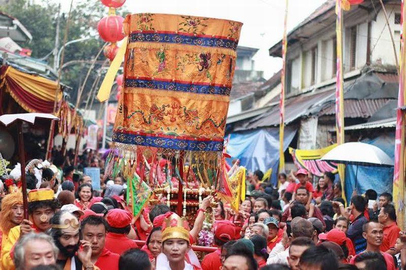 https: img.okezone.com content 2020 01 30 406 2160459 festival-cap-go-meh-di-singkawang-tatung-dari-malaysia-ikut-beratraksi-GlReF3qkMO.jpg