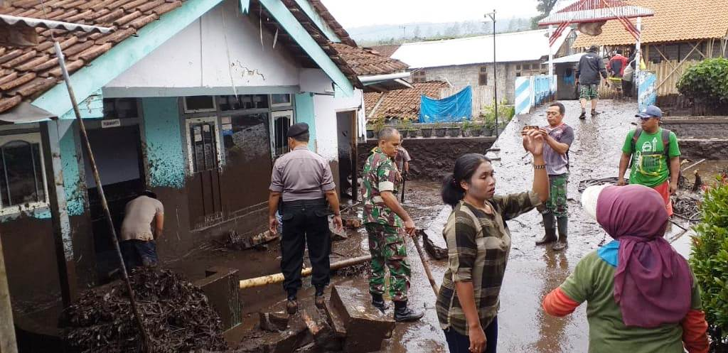 https: img.okezone.com content 2020 01 30 512 2160921 5-fakta-banjir-bandang-bondowoso-ratusan-rumah-rusak-hingga-warga-mengungsi-BaVBMRdiFU.jpg