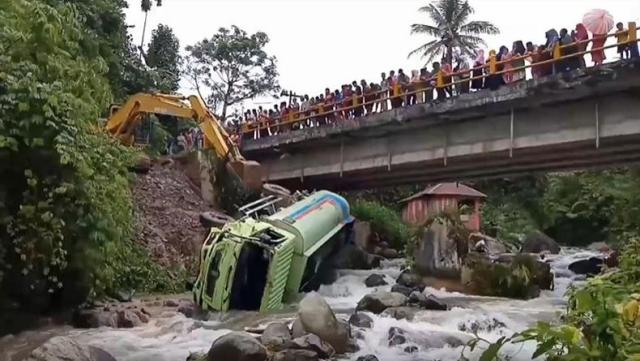 https: img.okezone.com content 2020 01 30 608 2160669 truk-tangki-jatuh-ke-sungai-di-mandailing-natal-sopir-meninggal-dunia-r5QQs5ikyk.jpg