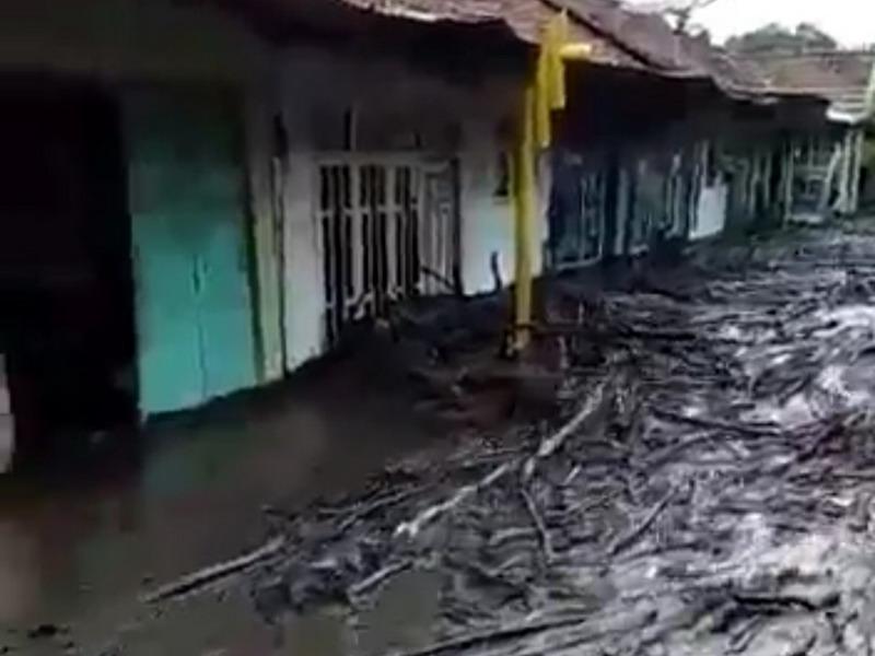 https: img.okezone.com content 2020 01 31 337 2161179 update-banjir-bondowoso-bnpb-masyarakat-butuh-pakaian-layak-hingga-susu-bayi-NcL168JGXi.jpg