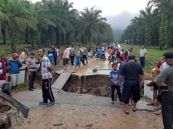 https: img.okezone.com content 2020 01 31 608 2161280 jembatan-kalimati-padang-sidimpuan-ambruk-dihantam-banjir-xbMU1FoPJC.png
