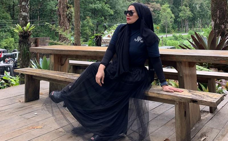 https: img.okezone.com content 2020 01 31 617 2161282 3-gaya-hijab-sarita-abdul-mukti-tampilkan-aura-kekuatan-7zF6n5GqrZ.jpg
