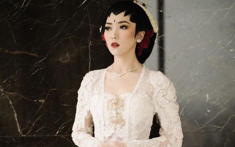 https: img.okezone.com content 2020 02 02 611 2162075 riasan-pengantin-isyana-sarasvati-secantik-putri-kerajaan-sunda-raisa-luv-banget-oo3yBZK9Hn.jpg