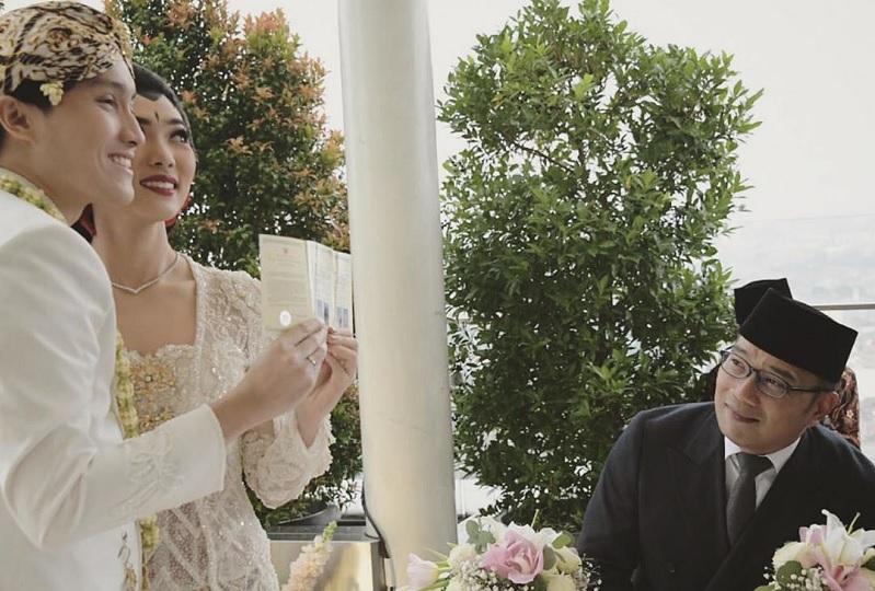 https: img.okezone.com content 2020 02 03 33 2162345 jadi-saksi-pernikahan-isyana-dan-rayhan-ridwan-kamil-digoda-netizen-37wlJ23B7H.jpg