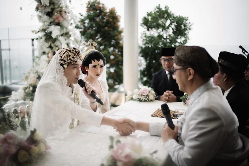https: img.okezone.com content 2020 02 03 33 2162435 sudah-menikah-rayhan-maditra-kenang-momen-lamar-isyana-sarasvati-di-singapura-GSGuBYSw1d.jpg