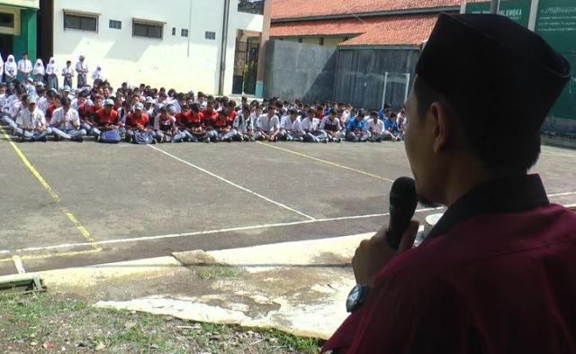 https: img.okezone.com content 2020 02 03 337 2162502 ratusan-pelajar-di-majalengka-menggelar-doa-bersama-untuk-gus-sholah-lwpZPiKx4y.jpg