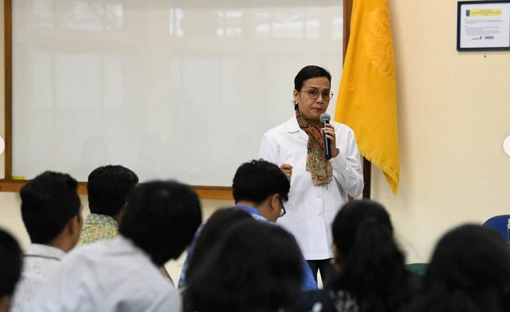 https: img.okezone.com content 2020 02 04 20 2163014 sri-mulyani-beri-kuliah-tamu-soal-apbn-di-fakultas-ekonomi-dan-bisnis-ui-bonuDa7WHY.png