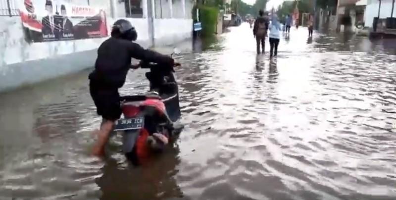 https: img.okezone.com content 2020 02 04 87 2163180 motor-mogok-akibat-banjir-cek-3-bagian-ini-GIqqwNNgJ2.jpg