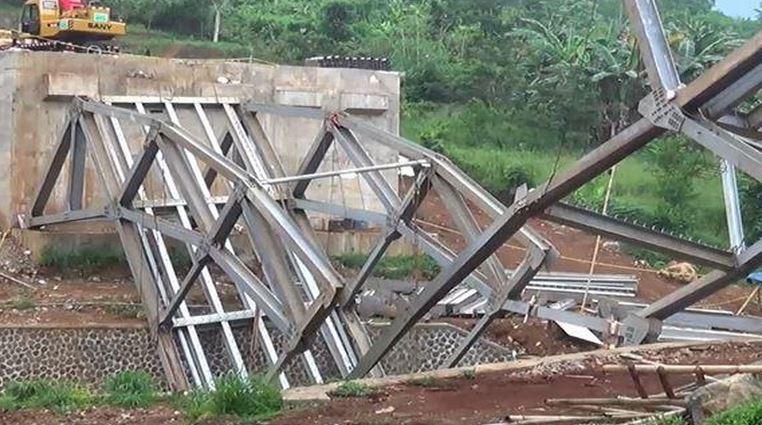 https: img.okezone.com content 2020 02 05 525 2163764 jembatan-penghubung-desa-senilai-rp5-8-miliar-di-cianjur-ambruk-r9MsW5XdmH.JPG