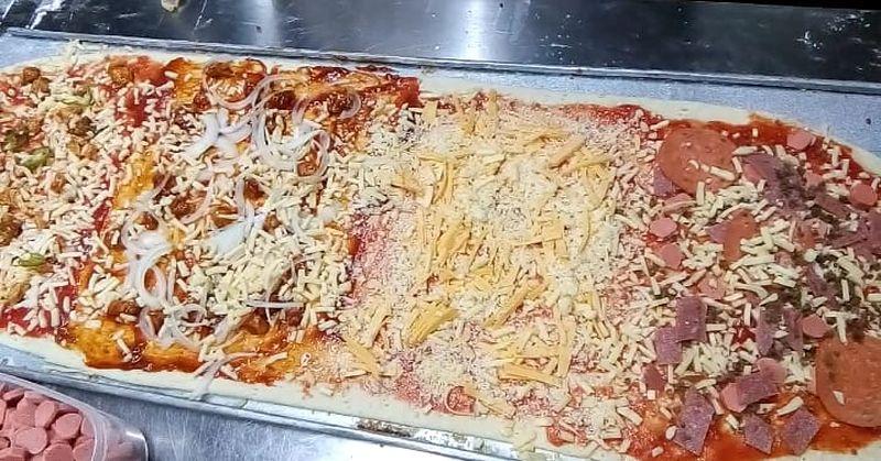 https: img.okezone.com content 2020 02 06 298 2164017 sensasi-makan-pizza-1-meter-murah-meriah-menggugah-selera-9xmStENBrc.jpg