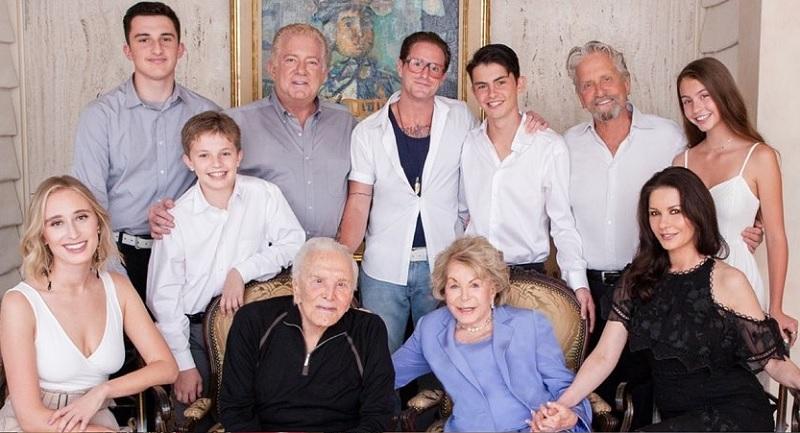 https: img.okezone.com content 2020 02 06 33 2164185 meninggal-di-usia-103-tahun-ini-sosok-kirk-douglas-di-mata-sang-putra-krUbBYaJ0B.jpg