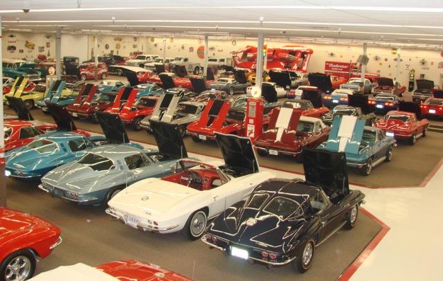 https: img.okezone.com content 2020 02 06 52 2164164 miliki-ratusan-mobil-klasik-pria-ini-sulap-pusat-perbelanjaan-jadi-museum-Sz2RDMYe6M.jpg