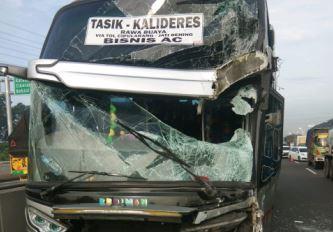 https: img.okezone.com content 2020 02 07 338 2165090 kepsek-smp-jatibening-pastikan-seluruh-siswa-selamat-dari-kecelakaan-bus-HQDw7rpCDs.JPG