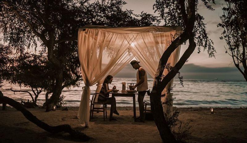 https: img.okezone.com content 2020 02 07 406 2165195 dinner-romantis-siti-badriah-di-gili-trawangan-C7TlK2i9pW.jpg