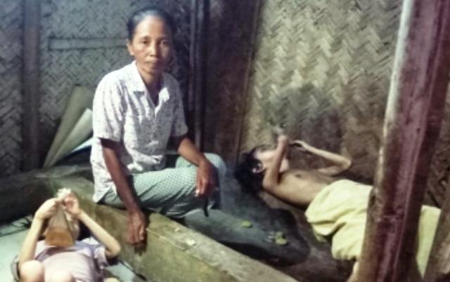https: img.okezone.com content 2020 02 07 519 2164870 kisah-janda-merawat-2-anaknya-yang-lumpuh-dan-buta-di-gubuk-reot-WyY2w3hL6w.jpg