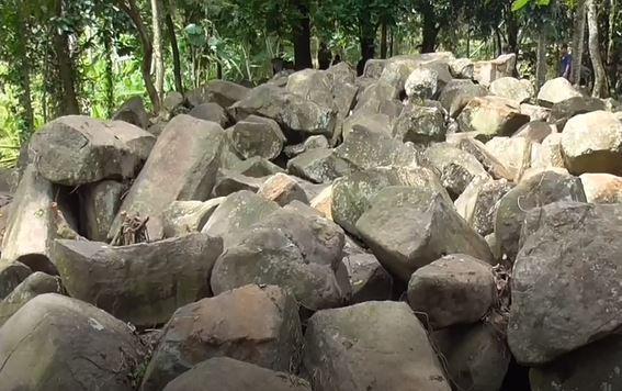 https: img.okezone.com content 2020 02 07 525 2165205 warga-kaki-gunung-tampomas-temukan-ribuan-batu-unik-diduga-situs-sejarah-4DRz5Ogfr5.JPG