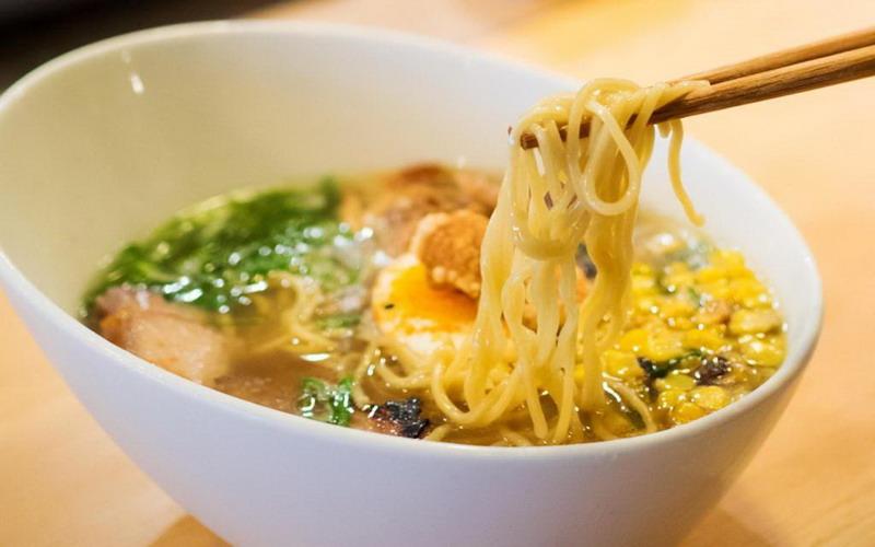 https: img.okezone.com content 2020 02 08 298 2165526 resep-dan-cara-memasak-mi-ramen-udang-hidangan-lezat-di-musim-hujan-SfLhkvfH2f.jpg