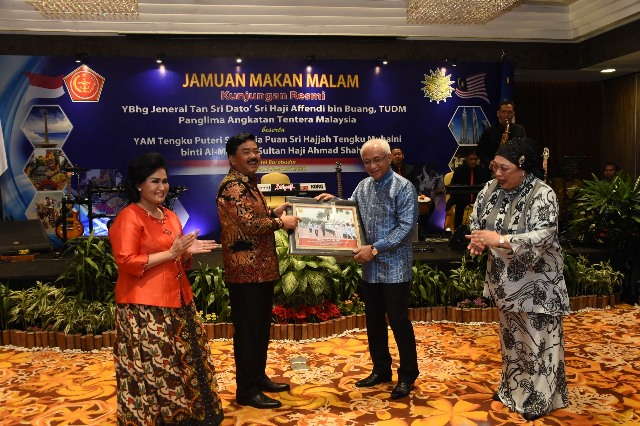 https: img.okezone.com content 2020 02 08 337 2165487 marsekal-hadi-tjahjanto-terima-kunjungan-kehormatan-panglima-tentara-malaysia-Hw2qAC4P5h.jpg