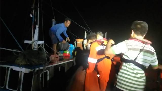 https: img.okezone.com content 2020 02 08 340 2165426 nyaris-tenggelam-di-kapal-bocor-3-nelayan-berhasil-diselamatkan-V52AHtQLzL.jpg