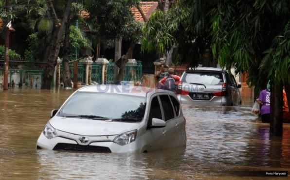 https: img.okezone.com content 2020 02 08 525 2165337 banjir-merendam-5-kecamatan-di-kabupaten-bandung-IyK0tb9MiA.jpg