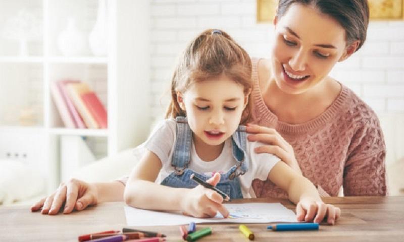 https: img.okezone.com content 2020 02 09 196 2165636 orangtua-ajarkan-anak-bahasa-inggris-sedini-mungkin-begini-kata-psikolog-nc6CvgRiwA.jpg