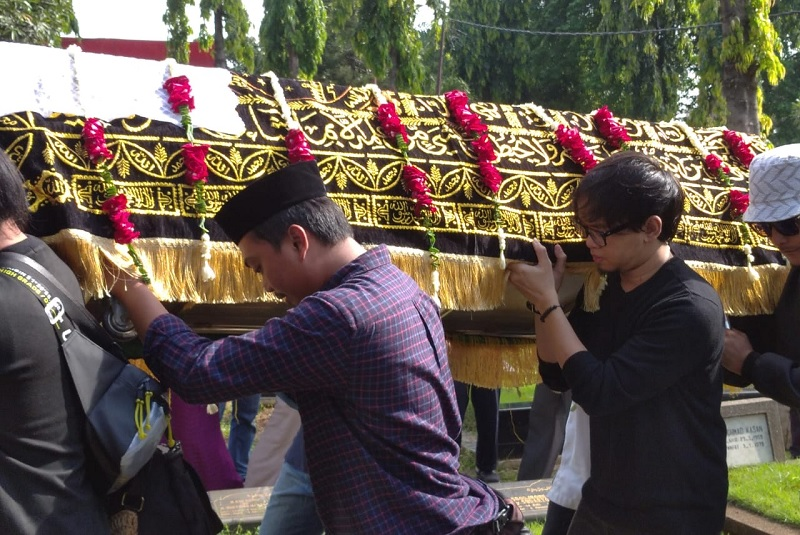 https: img.okezone.com content 2020 02 09 33 2165607 tangisan-pelayat-iringi-pemakaman-istri-chrisye-DhWM43Ke6q.jpg