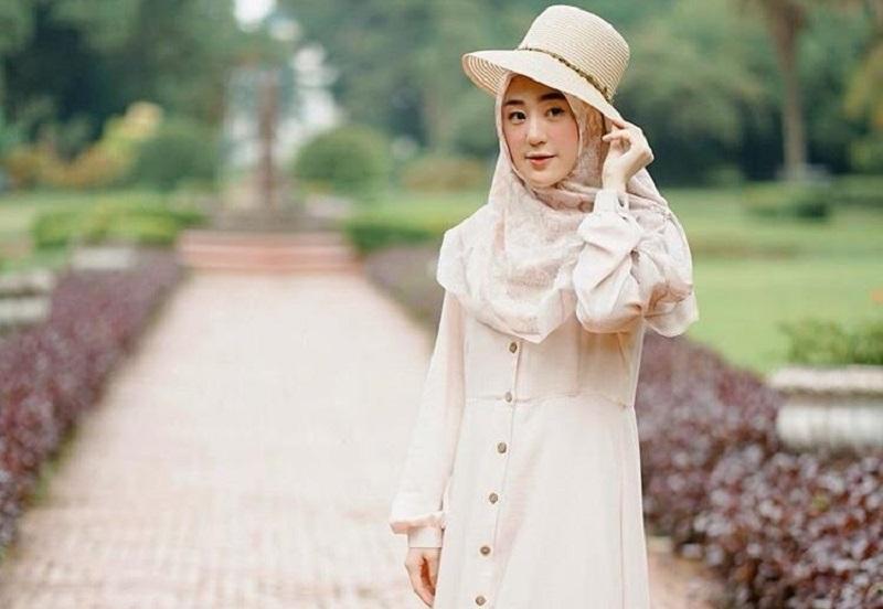 https: img.okezone.com content 2020 02 09 617 2165721 intip-4-gaya-hijab-syar-i-ala-larissa-chou-cute-dan-modis-u2f8xwDfvA.jpg