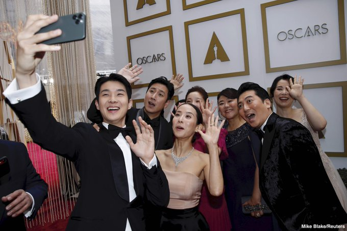 https: img.okezone.com content 2020 02 10 206 2165908 pemain-film-parasite-asyik-selfie-bareng-di-red-carpet-oscars-2020-agwhK4V5oz.jpg