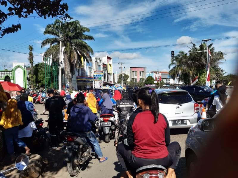 https: img.okezone.com content 2020 02 10 338 2166343 pengunjung-parkir-di-jalan-lalin-sekitar-alun-alun-kota-depok-sering-macet-Cv65khS0Fg.jpg