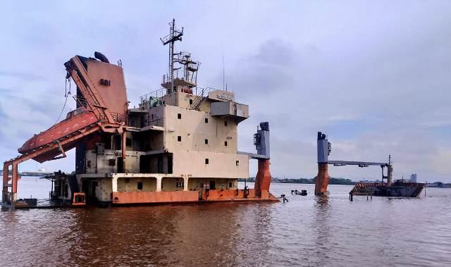 https: img.okezone.com content 2020 02 10 340 2166196 kapal-kargo-surya-pekik-tenggelam-di-sungai-kapuas-9vTzfSitqd.jpg