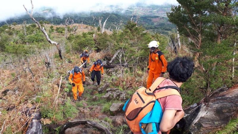 https: img.okezone.com content 2020 02 10 340 2166201 evakuasi-pendaki-jatuh-ke-jurang-gunung-merapi-sumbar-berlangsung-dramatis-kvhZjyUWQT.jpg