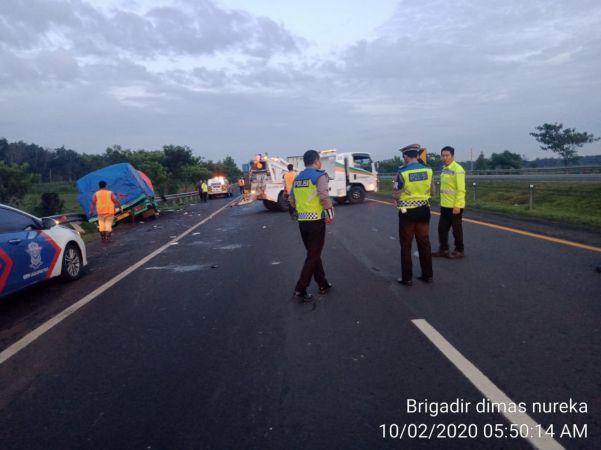 https: img.okezone.com content 2020 02 10 525 2165978 kecelakaan-di-km-121-tol-cipali-sopir-truk-tewas-toFauoZA8v.jpg