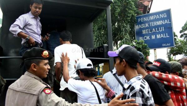 https: img.okezone.com content 2020 02 10 610 2166168 preman-tukang-palak-sopir-truk-di-palembang-kocar-kacir-dirazia-petugas-fB5vCYODbn.jpg
