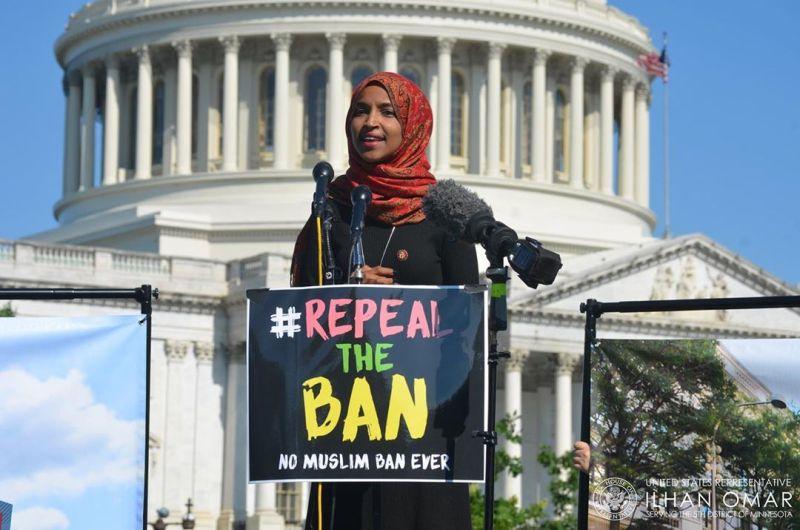 https: img.okezone.com content 2020 02 10 614 2166044 6-hijabers-cantik-ini-curi-perhatian-di-hari-hijab-sedunia-T0LPSAAQXG.jpg