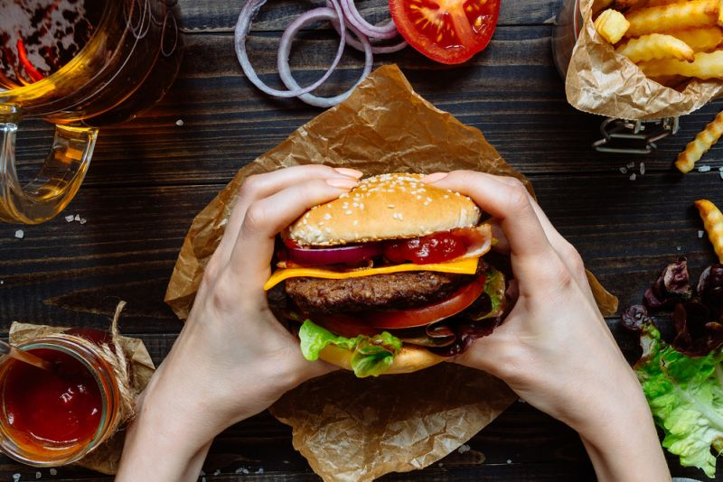 https: img.okezone.com content 2020 02 11 298 2166982 rahasia-bikin-burger-lezat-seenak-di-restoran-eQ5642qWIn.jpg