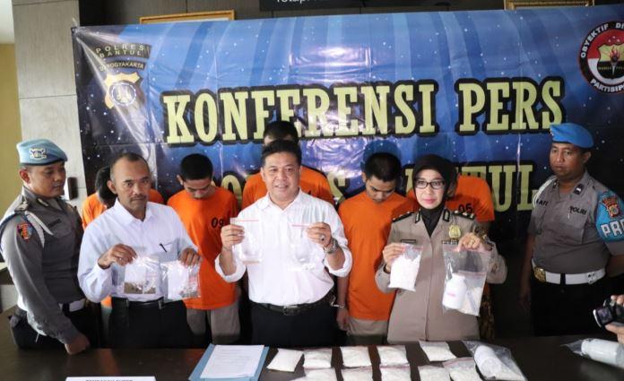 https: img.okezone.com content 2020 02 11 510 2166881 pelaku-klitih-ditangkap-polisi-berawal-dari-pengungkapan-kasus-narkoba-KlfQIdtuLH.JPG