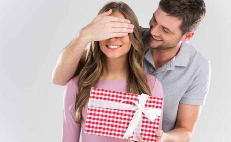 https: img.okezone.com content 2020 02 12 194 2167502 jelang-valentine-ini-3-pilihan-hadiah-menarik-untuk-kekasihmu-3fekANKCOU.jpg