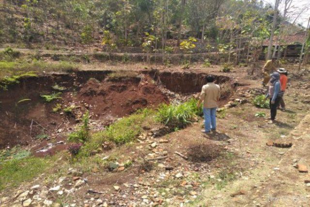 https: img.okezone.com content 2020 02 12 512 2167421 tanah-ambles-melanda-sejumlah-lokasi-di-wonogiri-jateng-3UXsInGDU0.jpg