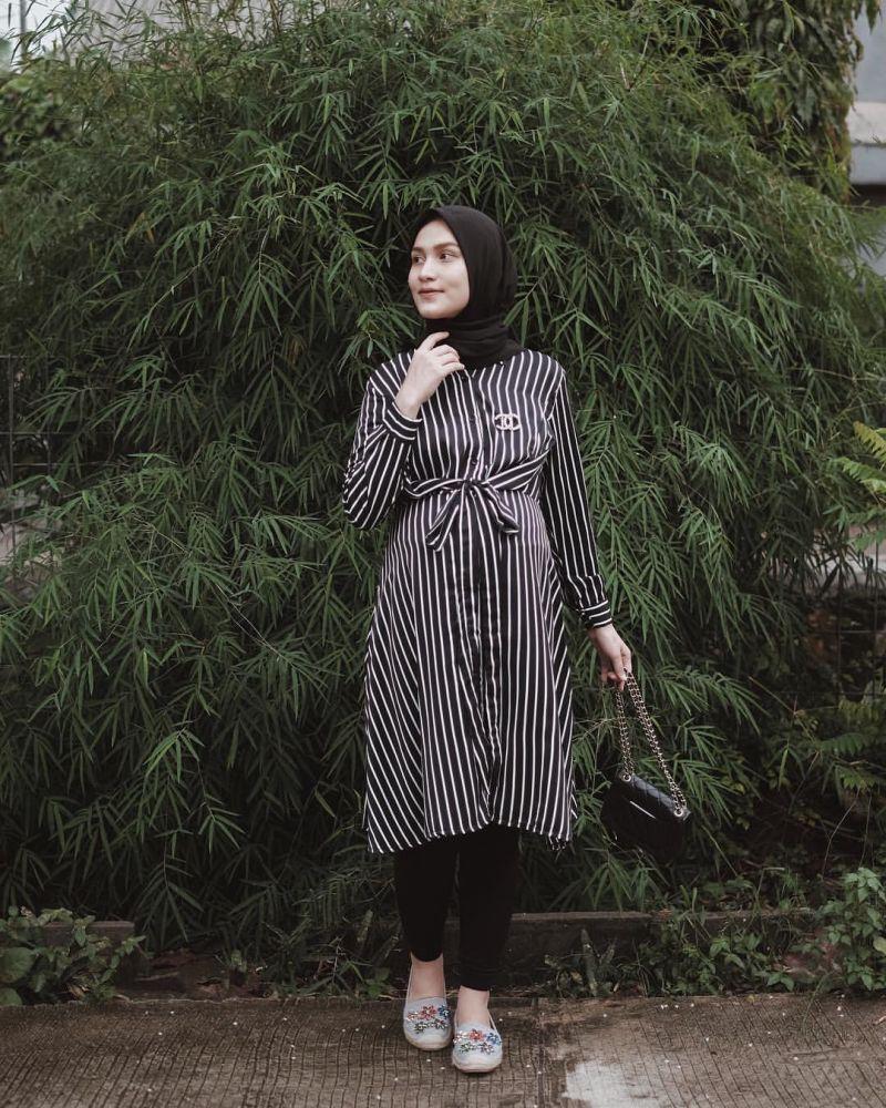 https: img.okezone.com content 2020 02 12 617 2167303 moms-yuk-intip-inspirasi-style-hijab-modis-dan-santun-saat-hamil-PkRmAYmjfg.jpg